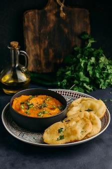 Platte mit pakistanischem essen hohen winkel