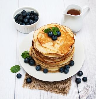 Platte mit pfannkuchen und blaubeeren