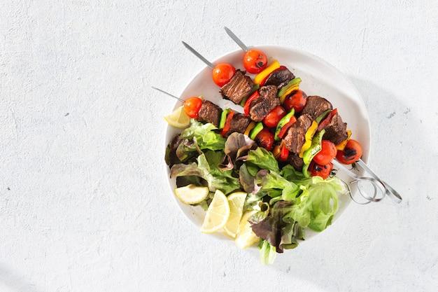 Platte mit rindfleisch gegrillt und salat