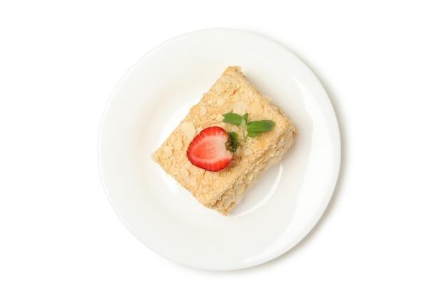 Platte mit stück napoleon-kuchen isoliert auf weißer oberfläche