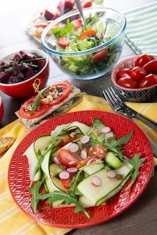 Platte mit vegetarischem salat des natürlichen organischen gemüses