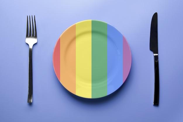 Platte regenbogenfarben mit messer und gabel