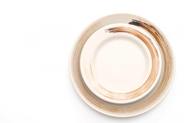 Platte und schüssel getrennt auf weiß