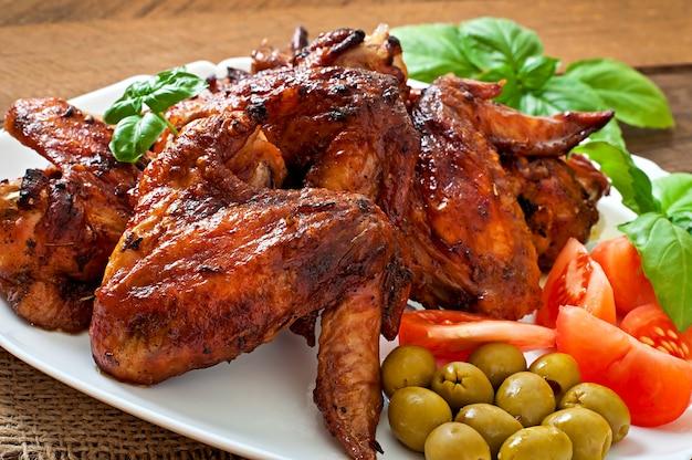 Platte von hühnerflügeln auf holztisch