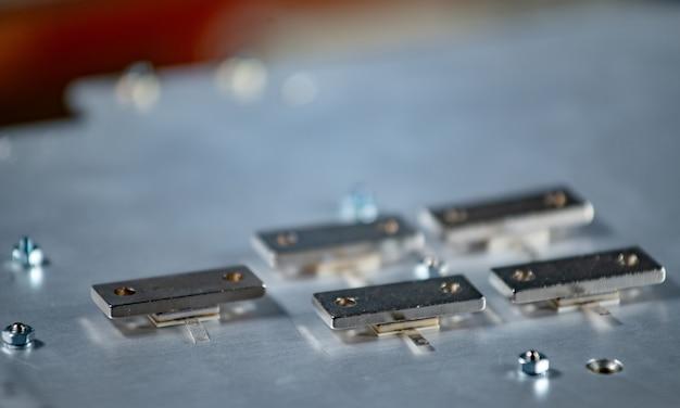 Platten auf einer großen eisenplattform verschraubt