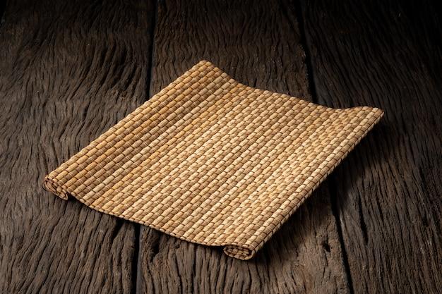 Plattenmatte auf dem hölzernen hintergrund klar und ohne schärfentiefe