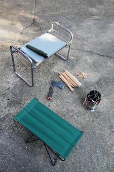 Plattform, auf der alles für die zündung des tragbaren winddichten holzofens vorbereitet ist