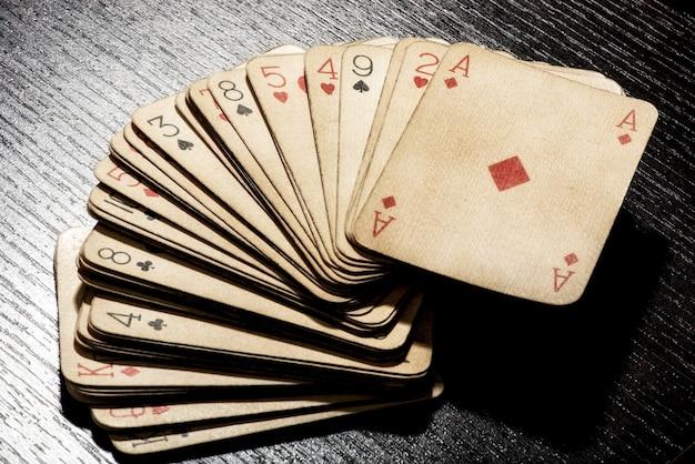 Plattform der grungy schmutzigen alten spielkarten
