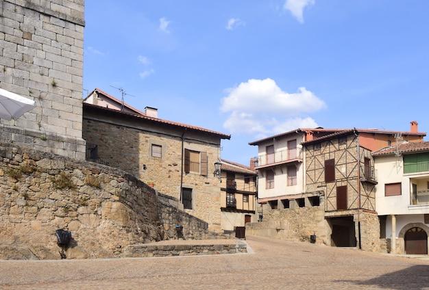 Platz der kirche miranda del castanar; naturschutzgebiet sierra de francia; provinz salamanca; kastilien leon; spanien