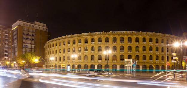 Plaza de toros in der nachtzeit. valencia