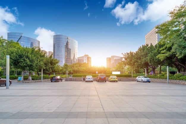 Plaza und moderne wolkenkratzer, xiamen cbd, fujian, china.
