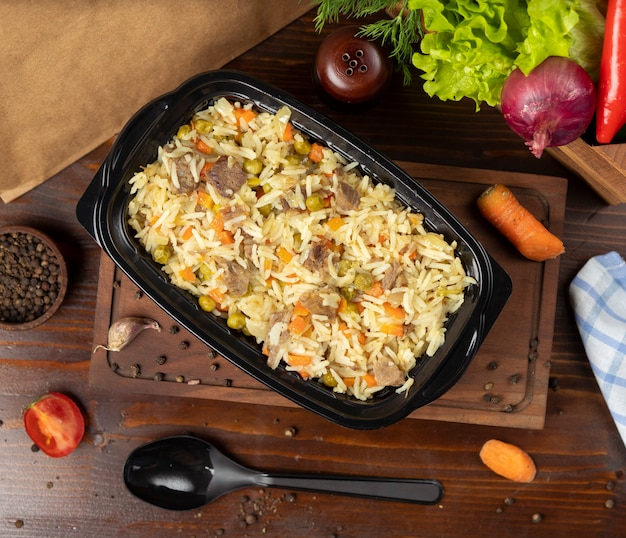 Plov, reis mit gemüse, karotten, kastanien und rindfleischstücken garnieren