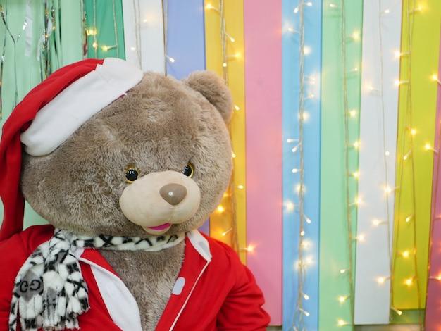 Plüsch-weihnachtsspielzeug in den regalen der geschäfte. foto in hoher qualität
