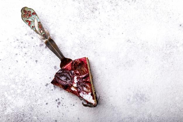 Plum pie auf hellem hintergrund. selbst gemachter süßer nachtisch