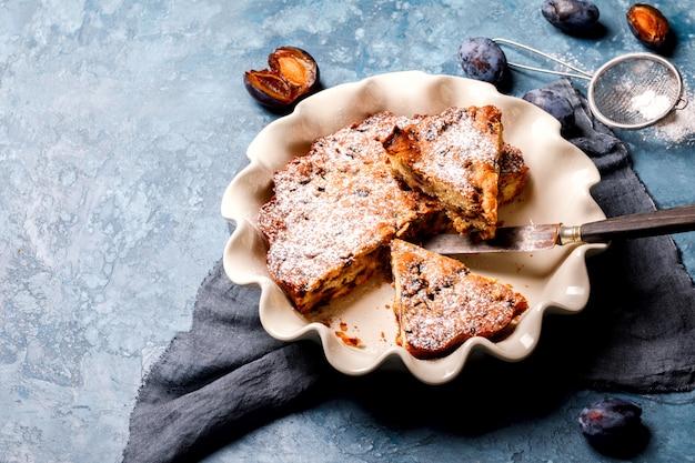 Plum pie in der keramikform. selbst gemachter süßer nachtisch.