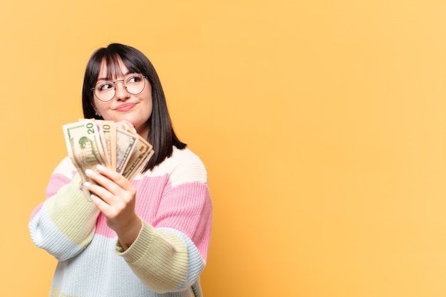 Plus größe hübsche frau mit dollar-banknoten
