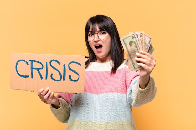 Plus size hübsche frau mit dollar-banknoten. krisenkonzept