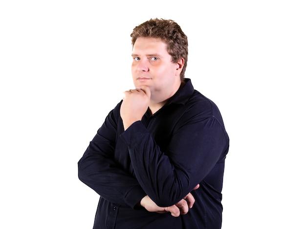 Plus size mann mit weißer wand