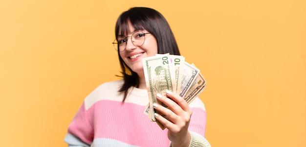 Plus size pre-frau mit dollar-banknoten