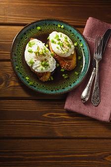 Pochierte eier auf baguette mit gemüse