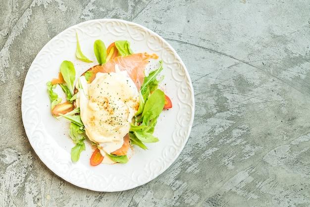 Pochierte eier mit lachs- und rucolasalat