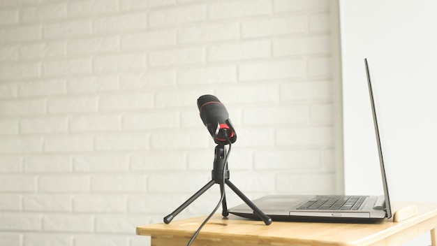 Podcaster amateur mikrofon und notebook für einen blogger.