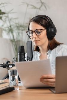Podcaster erstellt inhalte europäische frau zeichnet podcast mit mikrofon und kopfhörern kaukasisch auf