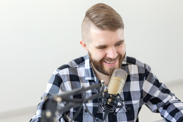 Podcasting ,, dj und broadcast-konzept - moderator oder moderator einer radiosender-hosting-show für radio
