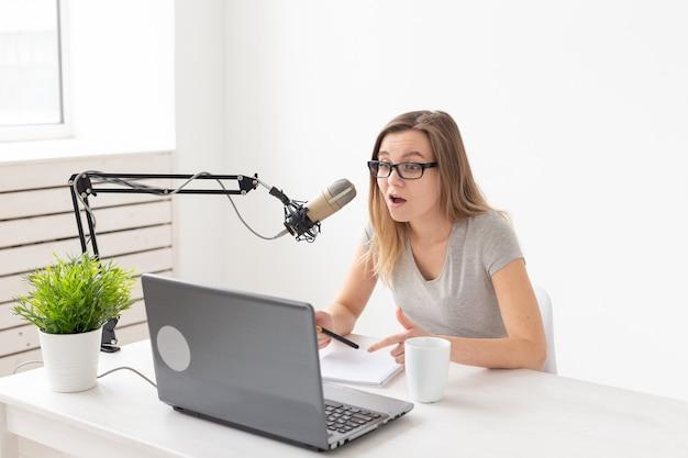 Podcasting-, dj- und broadcast-konzept - moderator oder moderator in einem radiosender, der eine show für das radio moderiert