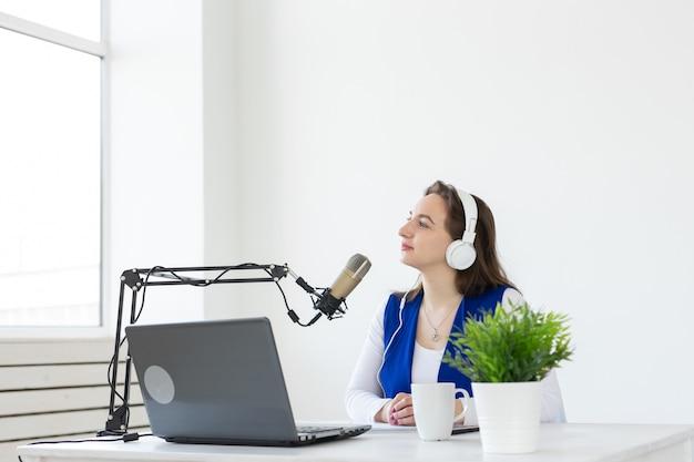Podcasting-, musik- und radiokonzept - frau spricht im radio und arbeitet als moderatorin