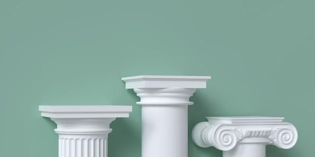Podest für produktpräsentation aus klassischen säulen auf grünem hintergrund