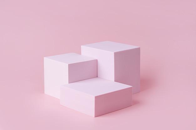 Podium mit geometrischen formen für die produktpräsentation. monochrome plattform auf rosa hintergrund