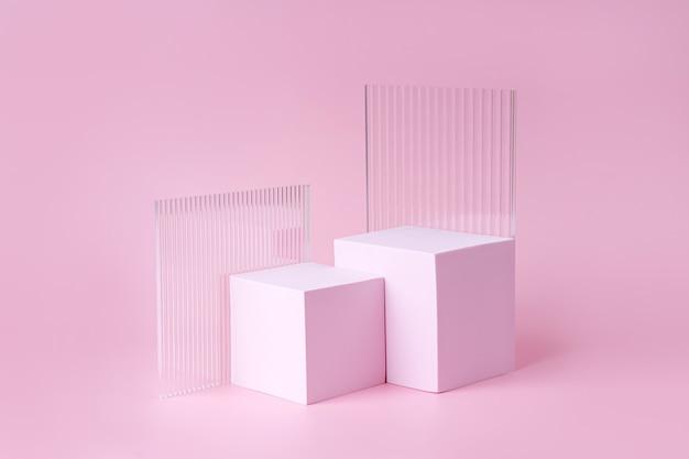 Podium mit geometrischen formen für die produktpräsentation. monochrome plattform mit gerippten acrylplatten auf rosa hintergrund