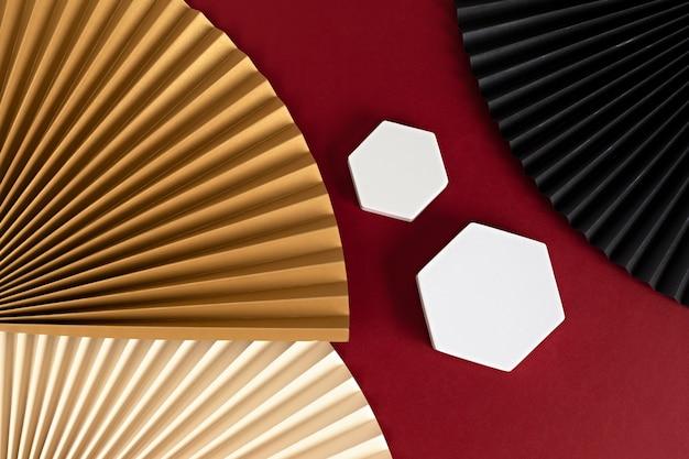 Podium, stand, plattform für produktpräsentation. dekorative papierfächer.