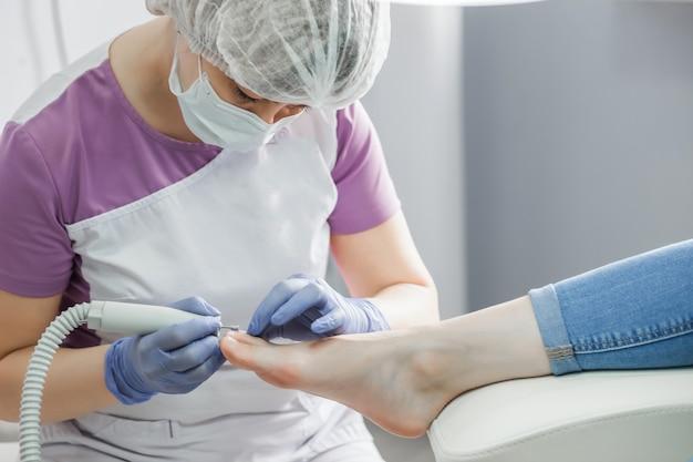 Podologiearzt. behandlung von füßen und nägeln.