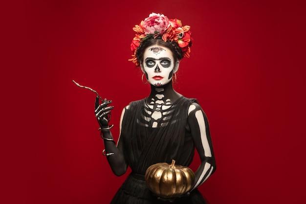 Poison young girl wie santa muerte saint death oder sugar skull mit hellem make-up