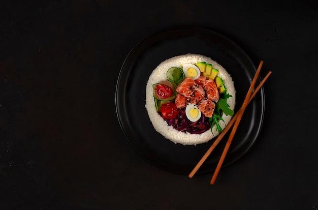 Poke bowl, lachsgericht, reis, gemüse, wachteleier, avocado, zitrone, gesunde ernährung, draufsicht, horizontal, keine leute. foto in hoher qualität