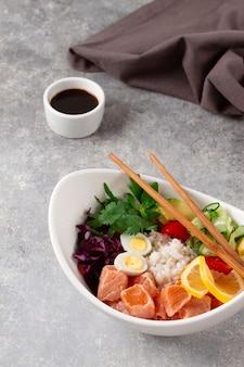 Poke bowl lachsgericht reisgemüse wachteleier avocado zitrone gesundes essen draufsicht horizontal nein