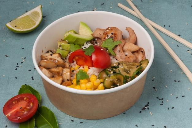Poke mit hühnergemüse und champignons