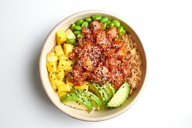 Poke salat mit lachs, avocado, mango, edamame, knusprigen zwiebeln und sesam.