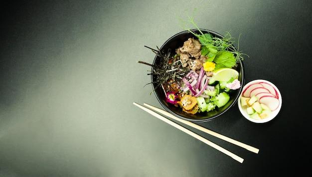 Poke salat mit rindfleisch in einer schüssel zutaten rindfleisch asiatisches salatkonzept salad