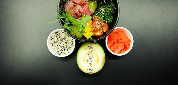 Poke salat mit thunfisch in einer schüssel zutaten frischer thunfisch kirschtomaten marinierte algenreis takuan ...