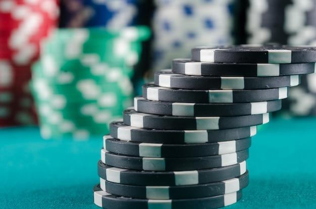 Pokerchips auf dem tisch. qualität studioaufnahme.