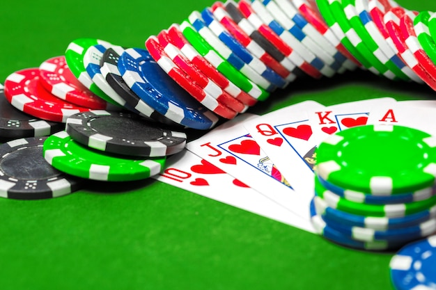 Pokerchips auf dem tisch