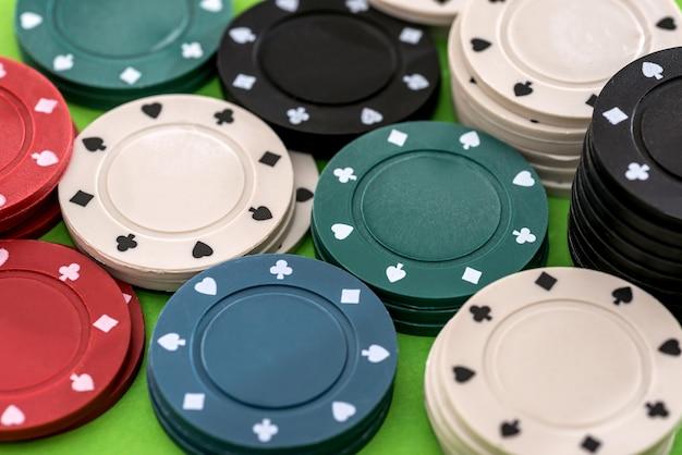 Pokerchips auf grünem hintergrund