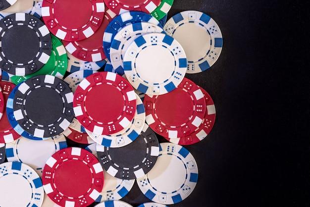 Pokerchips isoliert auf schwarzem hintergrund