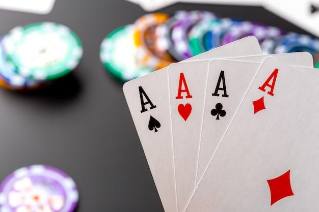 Pokerchips und karten auf schwarz