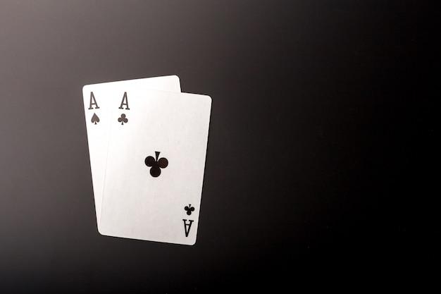 Pokerchips und karten auf schwarzer tabelle