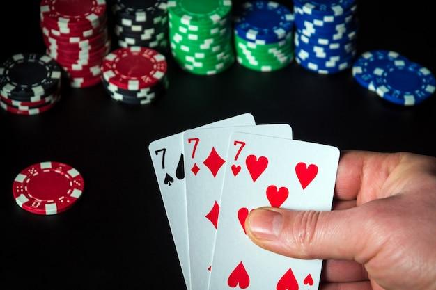 Pokerkarten mit einer dreier- oder set-kombination