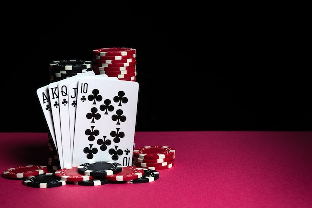Pokerkarten mit einer royal flush-kombination